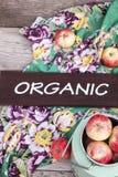 Manzanas orgánicas en la tabla de madera Fotografía de archivo