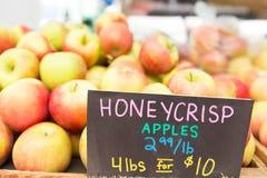 Manzanas orgánico producidas para la venta en el mercado del ` de los granjeros Fotografía de archivo