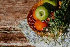 Manzanas org?nicas en cesta en hierba del verano Manzanas frescas en naturaleza imágenes de archivo libres de regalías