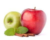 Manzanas, palillos de canela y de menta todavía de las hojas vida rojos y verdes Fotografía de archivo