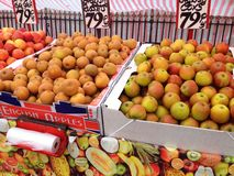 Manzanas para la venta en un mercado de los granjeros Fotografía de archivo libre de regalías