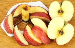 Manzanas partidas en dos y rebanadas Imagenes de archivo