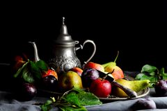 Manzanas, peras y ciruelos en una bandeja Fotos de archivo