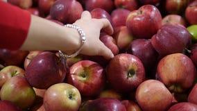 Manzanas que eligen y de compras en la tienda almacen de metraje de vídeo