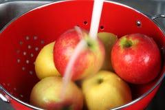 Manzanas que se lavan foto de archivo