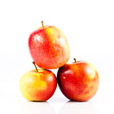 Manzanas rojas aisladas en la verdura blanca del fondo y las frutas helthy de la comida Fotos de archivo