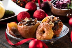 Manzanas rojas cocidas postre de la fruta rellenas con el granola imágenes de archivo libres de regalías