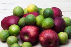 Manzanas rojas con las cales Imagen de archivo
