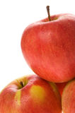 Manzanas rojas con las gotas de rocío imagenes de archivo