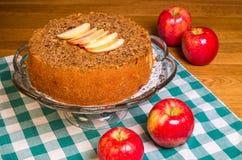 Manzanas rojas con las rebanadas de la tarta de manzanas y de la manzana Imagen de archivo