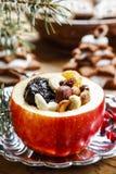 Manzanas rojas de la Navidad rellenas con las frutas secadas en miel Imagenes de archivo