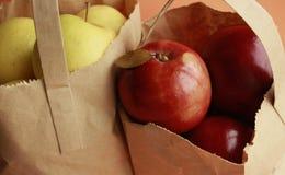 Manzanas rojas del imperio y manzanas del oro del jengibre en bolso Imágenes de archivo libres de regalías