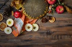 Manzanas rojas del otoño del vintage en fondo de madera Imagen de archivo