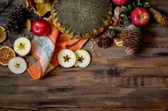 Manzanas rojas del otoño del vintage en fondo de madera Fotografía de archivo libre de regalías