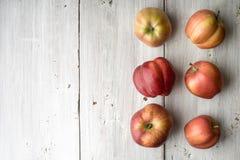 Manzanas rojas del verano en los tableros blancos Foto de archivo