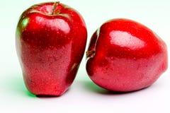 Manzanas rojas deliciosas en la iluminación verde foto de archivo libre de regalías