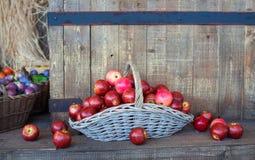 Manzanas rojas dentro de una cesta de mimbre Imagenes de archivo