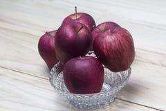 Manzanas rojas en bol de vidrio Imagen de archivo