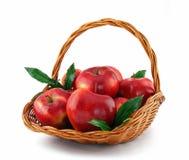 Manzanas rojas en cesta Imágenes de archivo libres de regalías