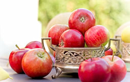 Manzanas rojas en cuenco antiguo Foto de archivo libre de regalías