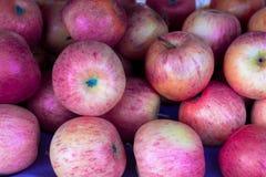 Manzanas rojas en despensa del supermercado fotografía de archivo libre de regalías