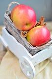 Manzanas rojas en el carro de madera blanco Foto de archivo libre de regalías