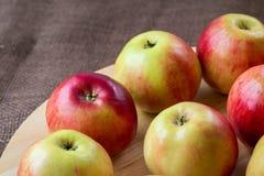 Manzanas rojas en el fondo de madera, comida natural fotos de archivo