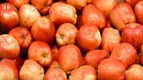 Manzanas rojas en el fondo del mercado imagen de archivo