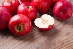 Manzanas rojas en el vector de madera Fotos de archivo libres de regalías
