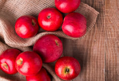 Manzanas rojas en el vector de madera Foto de archivo