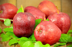 Manzanas rojas en fondo de madera Fotografía de archivo