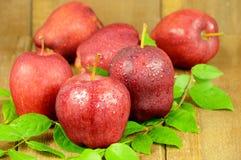 Manzanas rojas en fondo de madera Fotografía de archivo libre de regalías