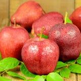 Manzanas rojas en fondo de madera Imagen de archivo libre de regalías