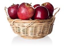 Manzanas rojas en la cesta Fotos de archivo libres de regalías