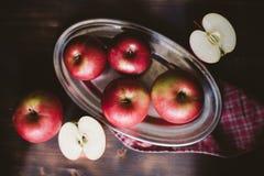 Manzanas rojas en la tabla de madera del tablón Foto de archivo libre de regalías