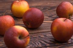 Manzanas rojas en la tabla de madera, foco selectivo Fotos de archivo