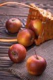 Manzanas rojas en la tabla de madera, foco selectivo Foto de archivo