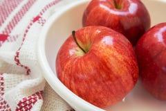 Manzanas rojas en un cuenco Fotos de archivo