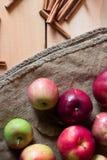 Manzanas rojas en un fondo de madera con el despido fruta, comida natural Fotografía de archivo