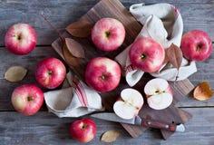 Manzanas rojas en un vector de madera Imagen de archivo