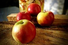 Manzanas rojas en una superficie de madera imagen de archivo libre de regalías