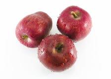 Manzanas rojas frescas con las hojas aisladas en el fondo blanco Foto de archivo