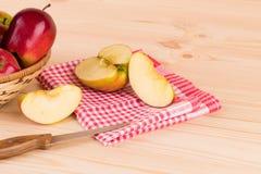 Manzanas rojas frescas en cesta en la madera Imagenes de archivo