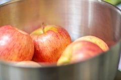 Manzanas rojas frescas en el cuenco Fotografía de archivo