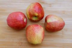 Manzanas rojas frescas en superficie de madera ligera imagen de archivo