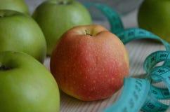 Manzanas rojas maduras en fondo de madera imagen de archivo libre de regalías