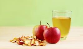 Manzanas rojas, manzanas secadas y sidra de manzana fresca en fondo de madera Imagenes de archivo