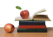 Manzanas rojas y libro abierto Imágenes de archivo libres de regalías
