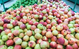 Manzanas rojas y verdes en el mercado de los granjeros Fotos de archivo libres de regalías