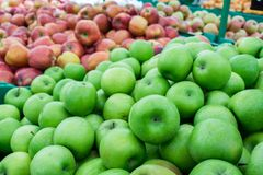 Manzanas rojas y verdes en el mercado de los granjeros Imagen de archivo